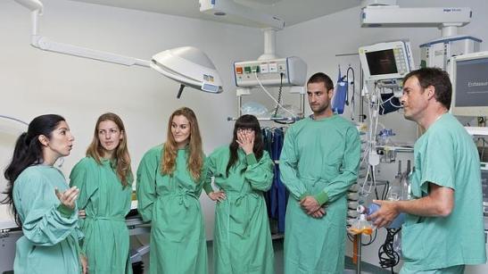 1210. Enfermeros emigrados a Alemania denuncian que cobran un 40% menos por ser españoles