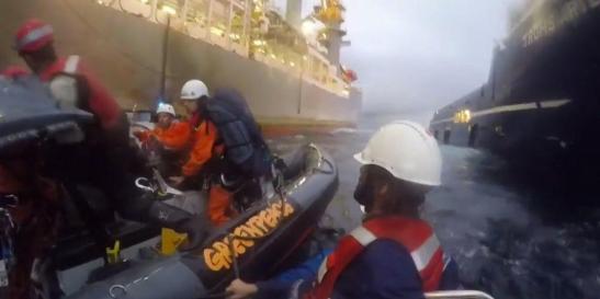 1359. La Armada española ataca lanchas de Greenpeace y hiere a una activista