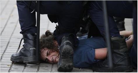 1724. 20 policías serán juzgados por la paliza a una pareja en Valencia durante la Huelga General (Vídeo)