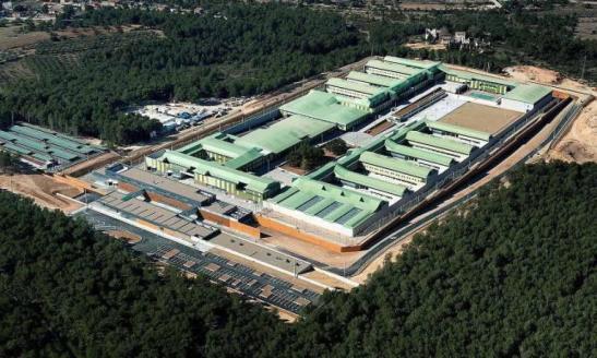 1999. Mas inaugura una cárcel 'de lujo' con piscina, madera australiana y pizarras táctiles