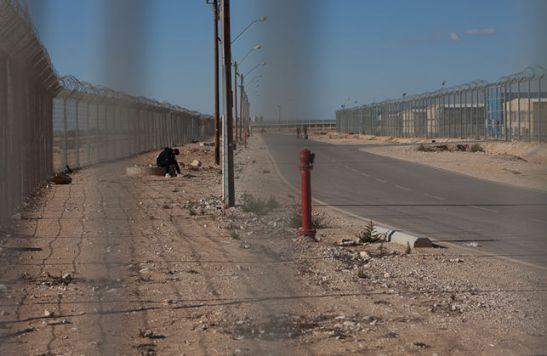 2097. Así es la vida en Holot, el centro de detención de refugiados de Israel