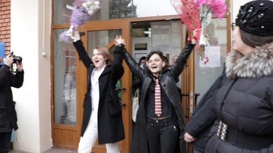 3052. Dos lesbianas son la primera pareja del mismo sexo que se casa en Rusia